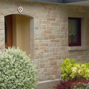detail-de-facade-en-pierres-sciees-p