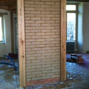 mur-interieur-en-brique-de-terre-crue-2p